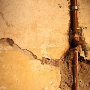 Humedad en paredes por fugas de tuberías
