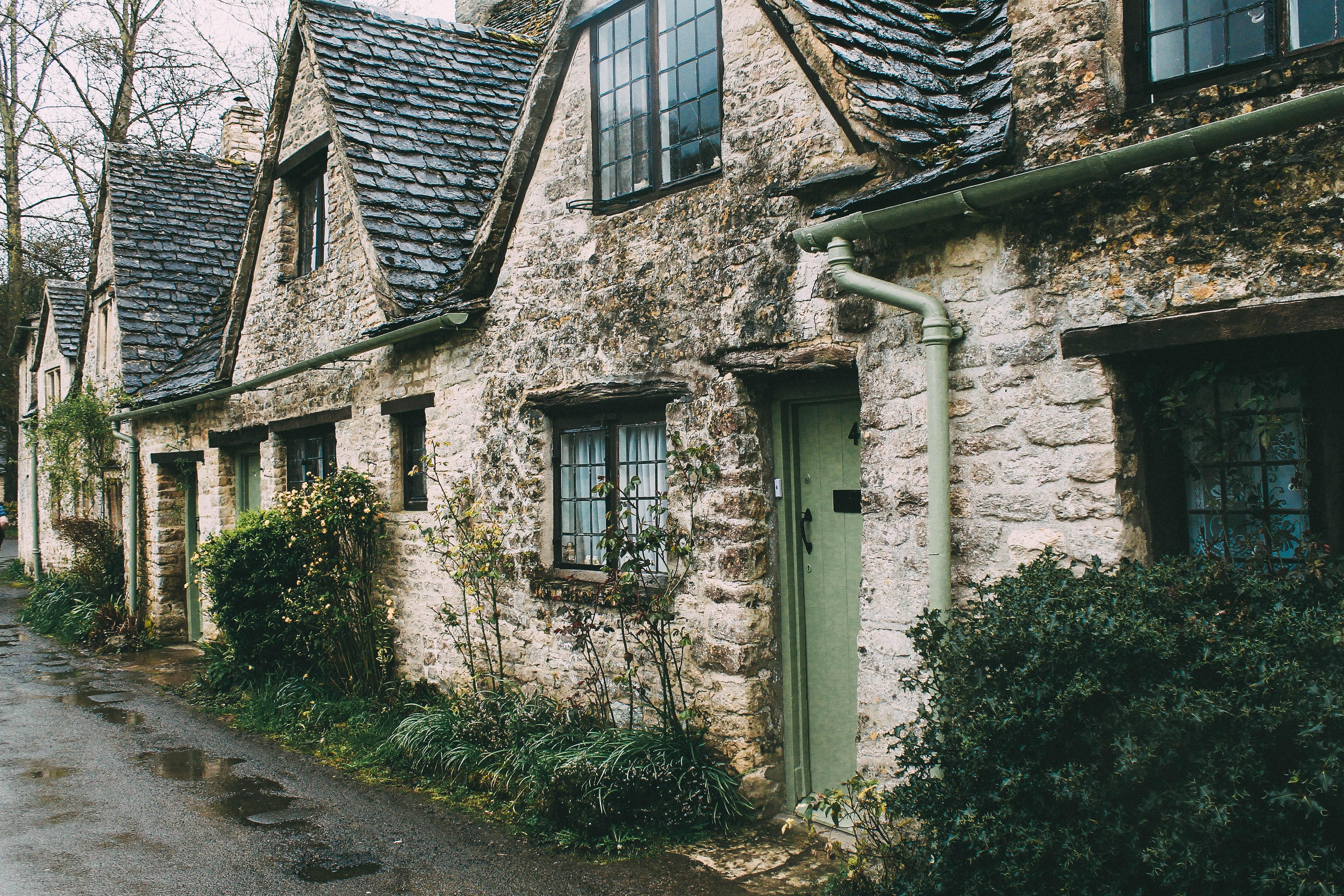 canalones y bajantes en una casa