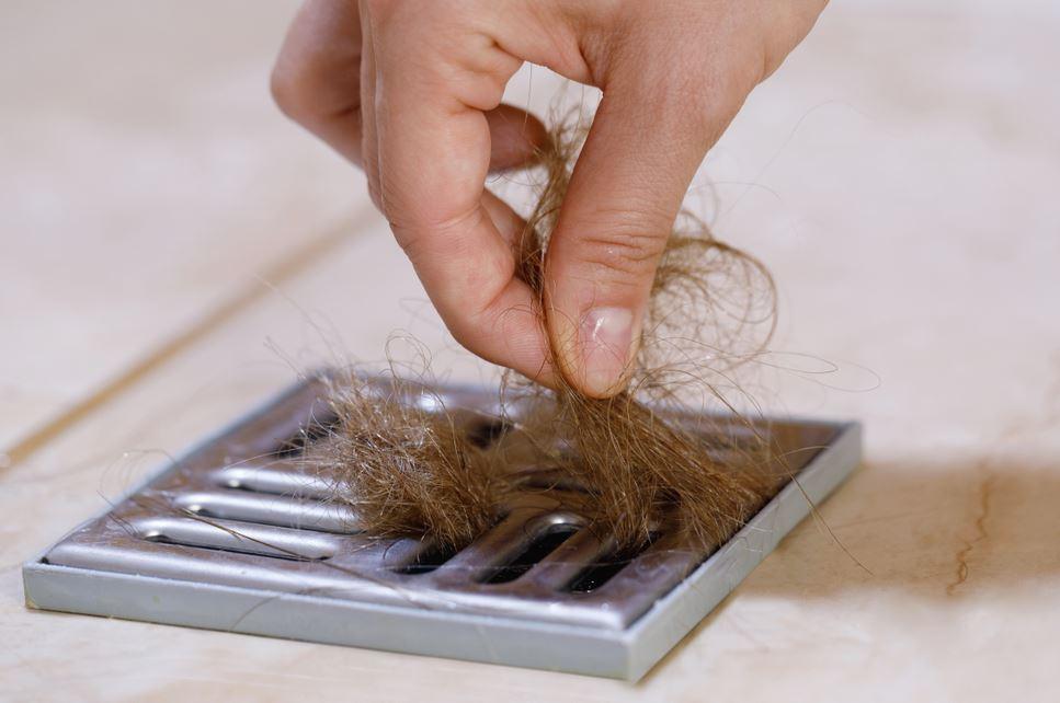 ¿Por qué se acumulan los pelos en el desagüe?